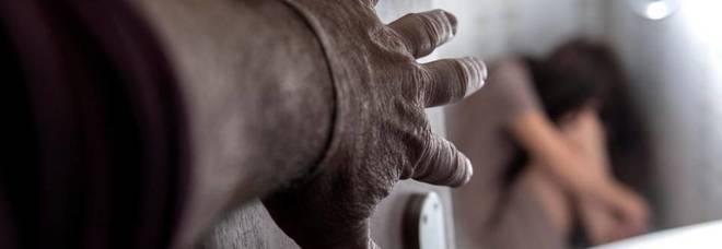 Botte alla moglie, poi prova a bruciare casa: nei guai il senegalese marito-padrone
