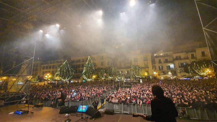 A migliaia in piazza Amendola per il concertone, il sindaco: «Città della gioia e dell'accoglienza». Ma centro e periferia sono stati sommersi dai rifiuti