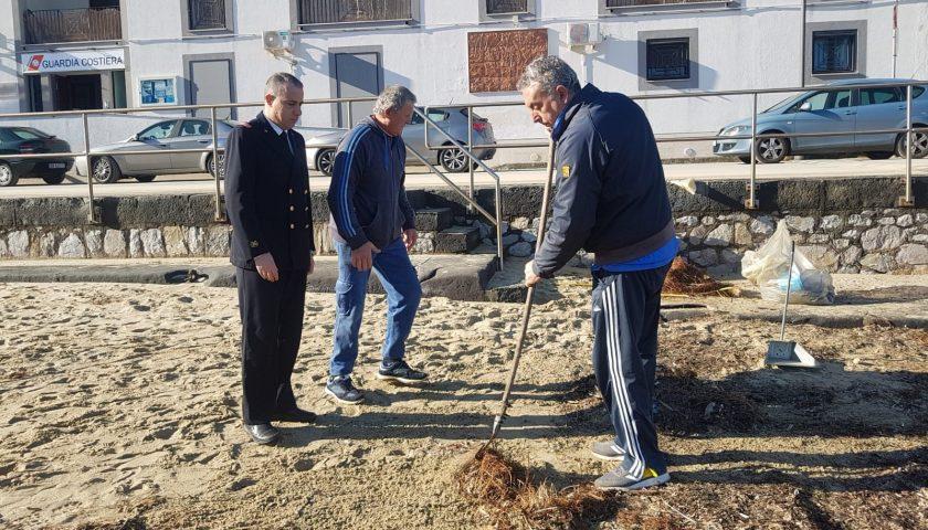 Palinuro: la Guardia Costiera organizza la pulizia della spiaggia del porto