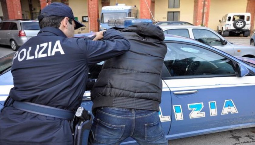 SALERNO, ZIO E NIPOTE SORPRESI A SPACCIARE DROGA IN VIA MOBILIO: ARRESTATI