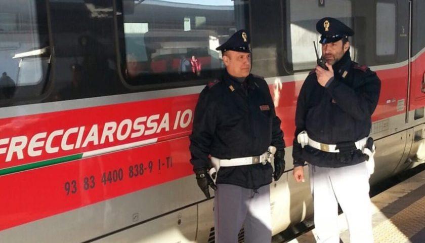 Sul treno senza biglietto, aggredisce i poliziotti: cittadino straniero arrestato a Salerno