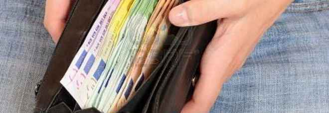 Trovano a scuola un portafogli con 300 euro, gli allievi modello lo consegnano alla prof