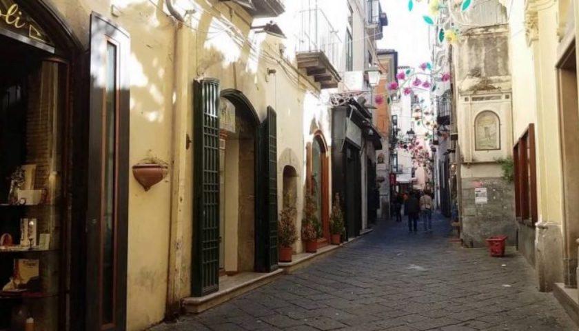 Uomo provoca danni e spaventa i passanti nel Centro Storico di Salerno, il sindaco dispone il Tso