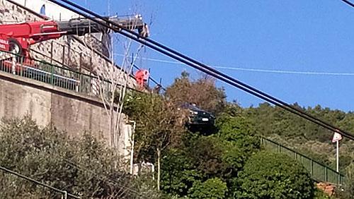Sbanda con l'auto sul viadotto Gatto e finisce in bilico: salvato in extremis