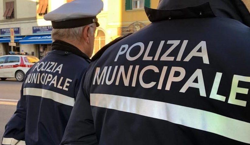 Salerno, tavolini selvaggi nella movida: scattano multa e denuncia