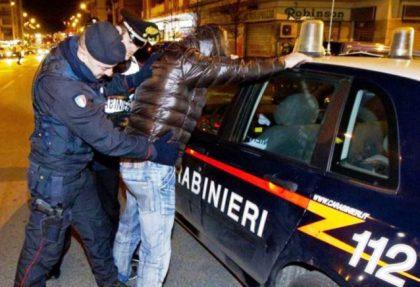 Si finge carabiniere, ruba e violenta prostitute: arrestato un 38enne salernitano