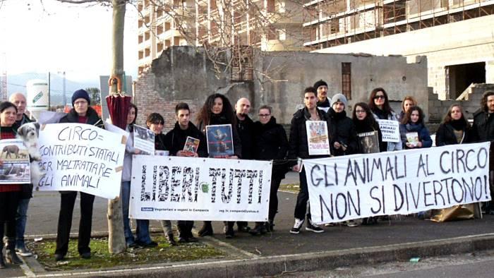"""Attivisti manifestano in via Allende contro il circo: """"Gli animali non si divertono"""""""
