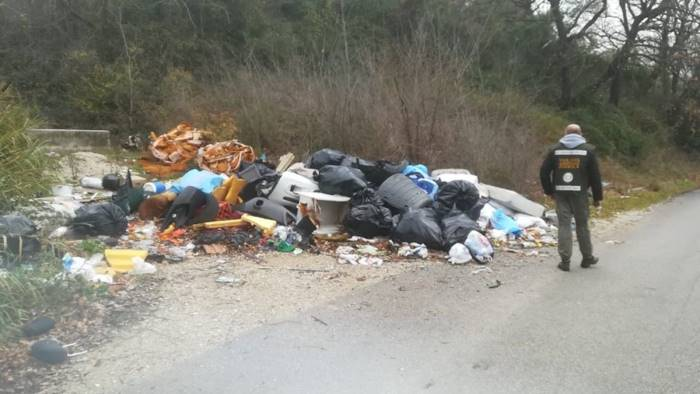 Ad Albanella tonnellate di rifiuti in strada, si indaga per risalire ai responsabili