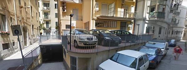 Precipita dal balcone e finisce su auto in sosta nei pressi dello stadio Vestuti