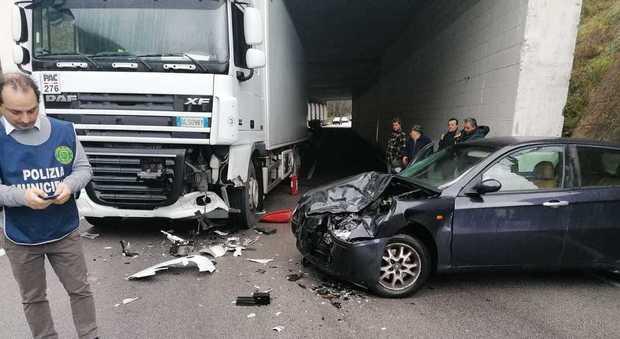 Auto contro camion sulla Mingardina, due donne trasferite in ospedale a Polla