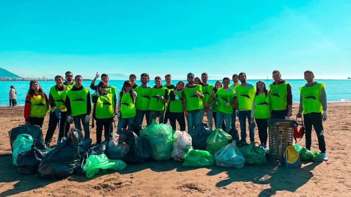 """Ripulita la spiaggia di Santa Teresa: in azione i volontari  di """"Voglio un mondo pulito"""""""