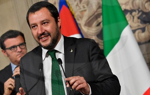 """""""Tre volte cafone"""", Salvini replica a De Luca: """"La gente ti paga lo stipendio per aprire gli ospedali in Campania"""""""