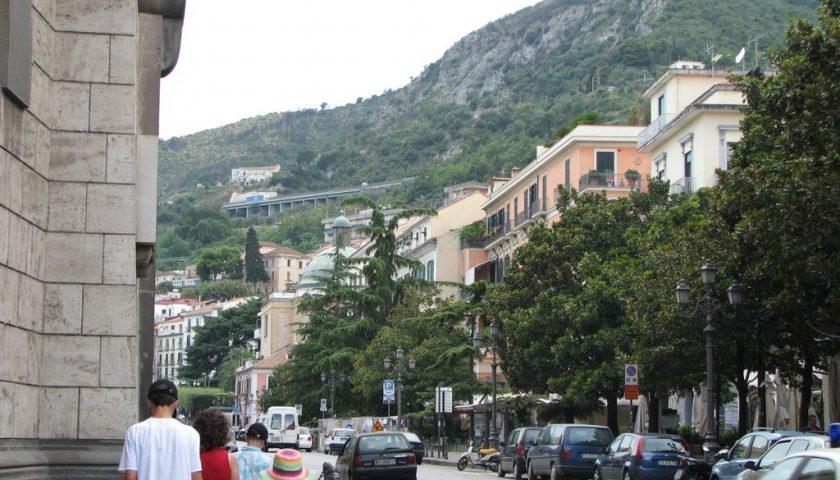 Tenta di rapinare un tabacchi in via Roma a Salerno, arrestato un 16enne del Senegal