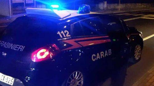 Pagani: auto con 4 persone a bordo non si ferma all'ALT dei carabinieri, poi finisce contro un palo