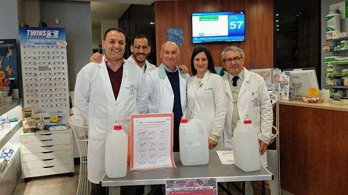 Igienizzanti gratuiti per tutti: l'iniziativa di una farmacia del salernitano