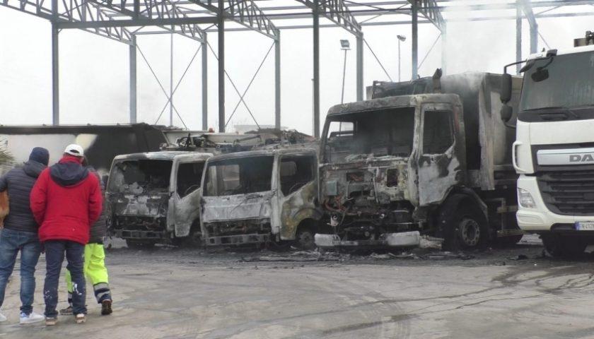 Rifiuti, incendio degli automezzi a una ditta di Sarno: due arresti nel Foggiano