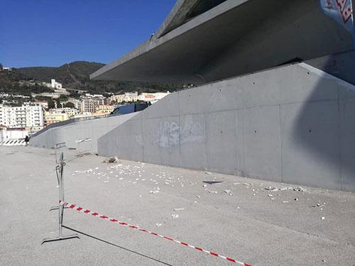 Distacco di mattonelle dal tetto della Stazione Marittima, denuncia social