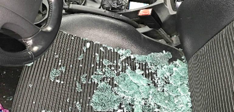 Vandali scatenati a Roccapiemonte, mattoni contro vetri delle auto in sosta
