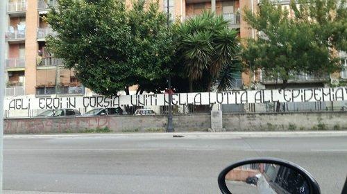 """Ultras della Nocerina espongono striscione a favore di medici e infermieri: """"Agli eroi in corsia, uniti nella lotta all'epidemia: """""""