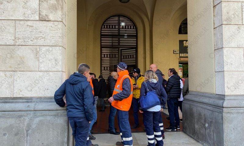 Salerno Pulita, sindacati in riunione al Comune. Operai in presidio ma slitta a venerdì l'incontro risolutivo