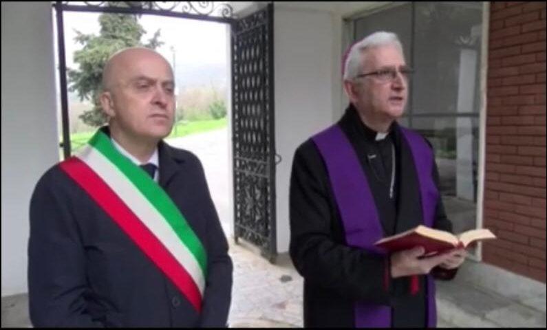 Il Vescovo di Vallo della Lucania dona un defibrillatore al San Luca