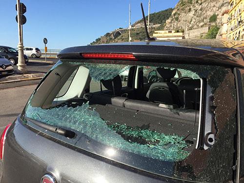 Vetri in fratumi e auto danneggiate a Salerno, caccia alla gang della notte
