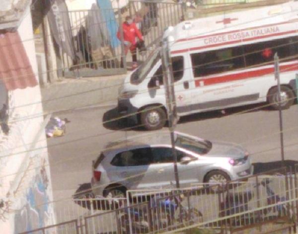 Choc in via Lucio Petrone a Salerno, tonfo nel vuoto per una donna