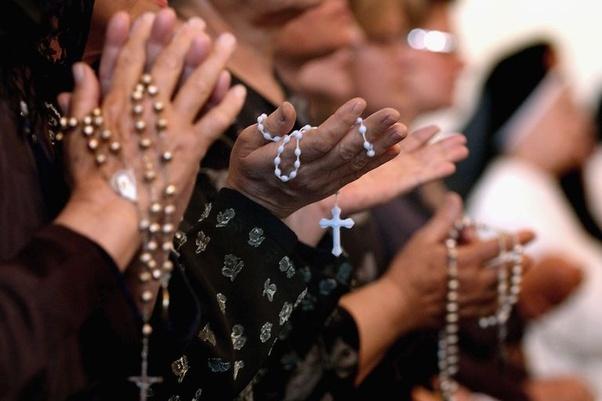 Recitano il rosario, chiamano i carabinieri: polemiche a Cava de' Tirreni