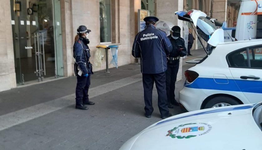 Controlli anti covid alla stazione di Salerno, nessuna criticità. Sindaco Napoli insieme ai vigili urbani