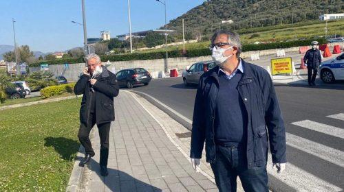Arrivati a Salerno i tir per l'ospedale modulare: sindaco e assessore guidano le operazioni