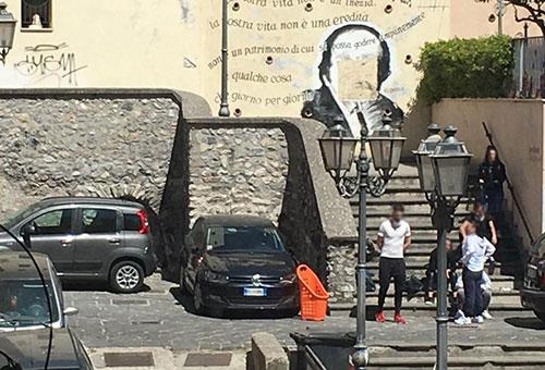 Giovani a gruppetti tra le Fornelle e il vicolo degli Amalfitani a Salerno, segnalazione alle forze dell'ordine