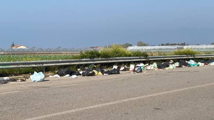"""Strada Aversana carica di rifiuti, la denuncia di un medico anestesista: """"Spettacolo raccapricciante, vergognoso"""""""