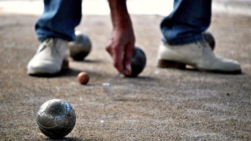 Giocano a bocce, arrivano i carabinieri: anziani multati nell'Agro