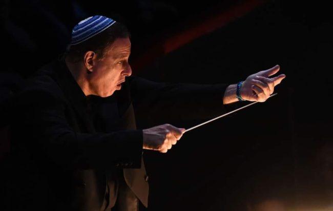 """Il maestro Daniel Oren vicino ai giovani cantanti: """"Aspetto i vostri video, vi aiuterò a crescere"""""""