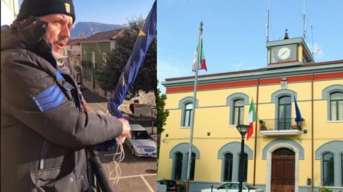 Il Sindaco di Roscigno ammaina la bandiera dell'Unione Europea per protesta