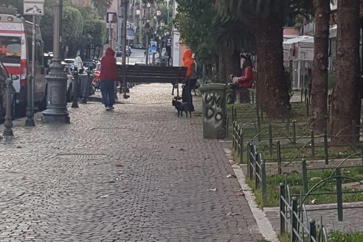Salerno, portano via una panchina dalla centralissima via Roma