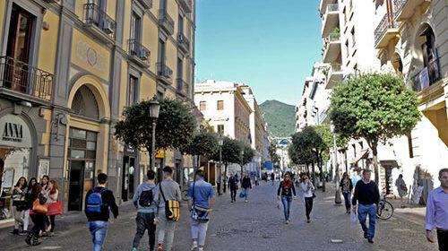 Famiglia senza mascherina su corso Vittorio Emanuele: uomo portato in caserma, la moglie impreca contro la polizia