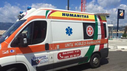 Salerno, paura a Mercatello: giovane batte la testa sugli scogli e finisce in ospedale