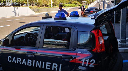 Viaggia con droga e balestra in auto, arrestato 27enne di Serre