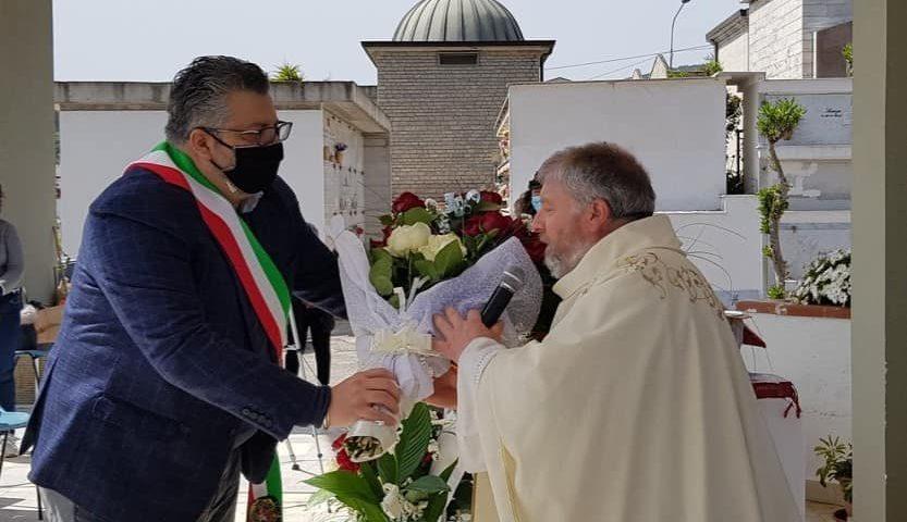 Funzione religiosa per i defunti al cimitero, omaggio floreale del sindaco di Agropoli