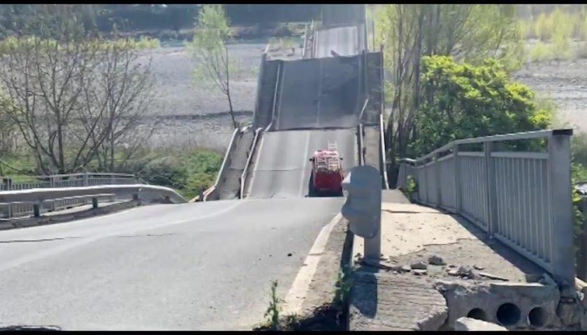 Crolla un ponte in provincia di Massa Carrara, coinvolti due furgoni: un ferito