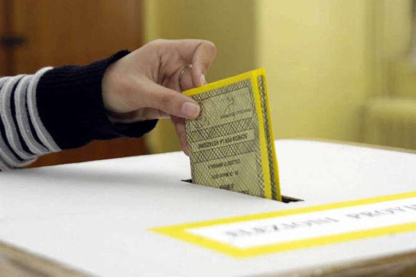 Salerno, fotografa scheda dopo aver votato: denunciato