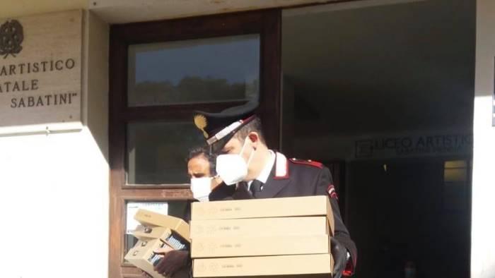 Didattica a distanza, i carabinieri consegnano 23 computer agli alunni della Sabatini Menna
