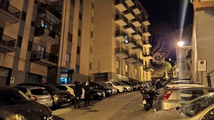 Ragazzino morto dopo un volo dal settimo piano in via Monti, perizie su telefono e computer