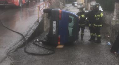 Auto sbanda e finisce nel canale, 3 feriti