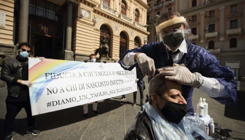 """Barbieri tagliano i capelli in piazza a Napoli: """"Fiducia a chi taglia in sicurezza  e no a chi infetta di nascosto"""""""