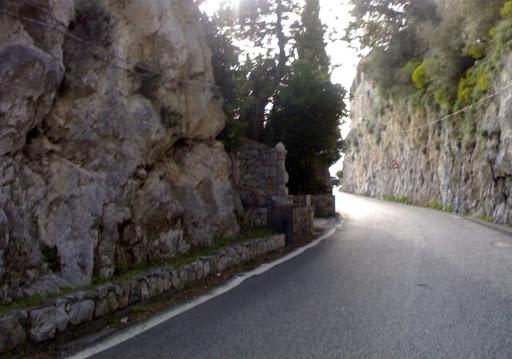 Strada Amalfitana chiusa al transito a Cetara fino al 15 giugno, monta la protesta di Federalberghi