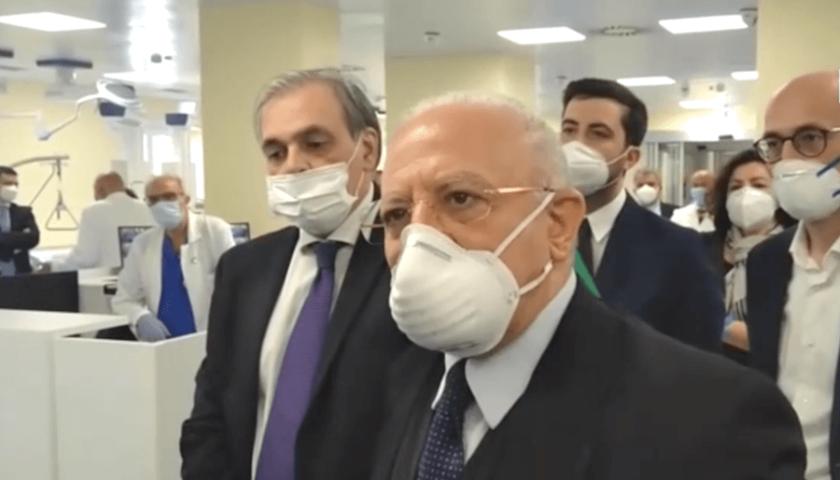 Impennata di contagi in Campania, De Luca e Unità di crisi a lavoro per ulteriori restrizioni: nessun lockdown ma limitazioni su trasporti e vita sociale