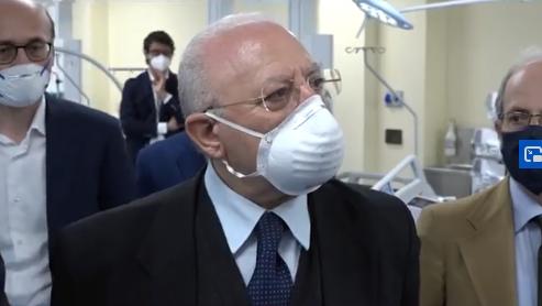"""De Luca:""""Chi indossa la mascherina appesa al collo è un imbecille doppio"""""""