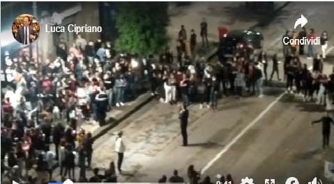 VIDEO – Il sindaco di Avellino Gianluca Festa in versione ultras, cori nella movida contro Salerno e la Salernitana